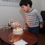 誕生日ケーキのローソクの火を消すのは誰?