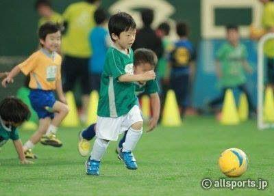 小学校低学年にサッカーを教える難しさ