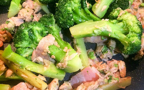 簡単レシピ!ブロッコリーとベーコン、ツナの炒め物は切って茹でて炒めるだけ!! 味付けも簡単にして楽々料理