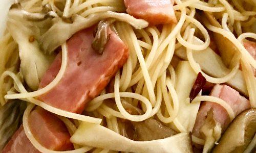 エリンギと舞茸、ベーコンのペペロンチーノのレシピを紹介